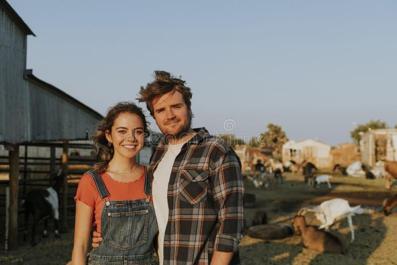 Portrait d'un jeune couple heureux à une ferme images stock