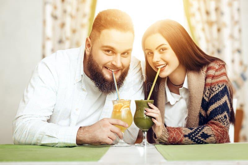 Portrait d'un jeune couple heureux dans un restaurant photo stock