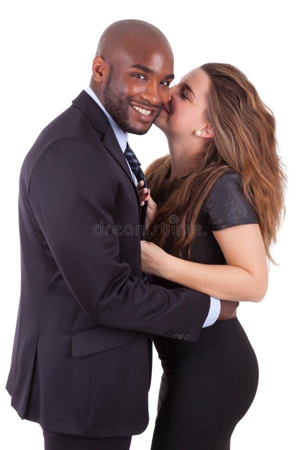 Portrait d'un jeune couple mélangé heureux photo stock