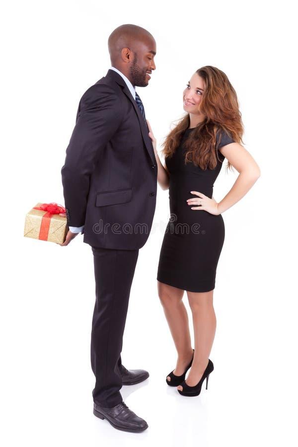 Portrait d'un jeune couple mélangé heureux photos libres de droits