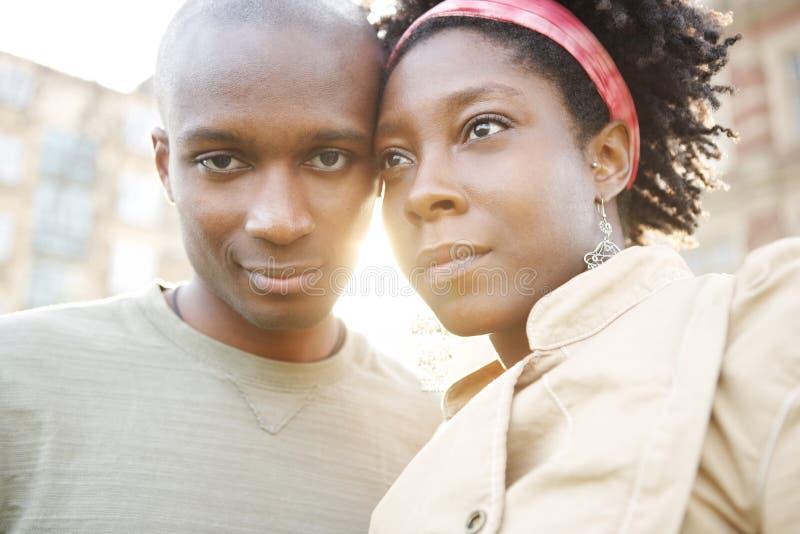 Ville de coucher du soleil de couples. photo libre de droits