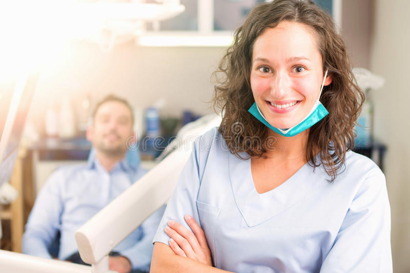 Portrait d'un jeune dentiste attirant dans son bureau photo stock