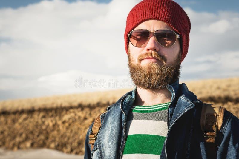 Portrait d'un jeune des lunettes de soleil de port homme de hippie et d'un chapeau Lunettes de soleil de port de sourire d'un hom images stock