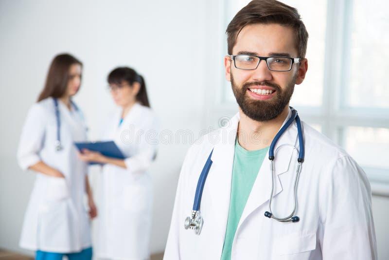 Portrait d'un jeune docteur dans une clinique photos stock