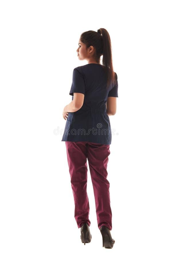 Portrait d'un jeune docteur féminin attirant dans un équipement médical images libres de droits