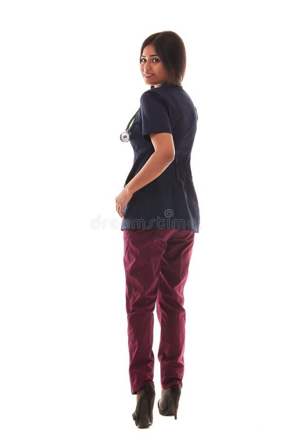 Portrait d'un jeune docteur féminin attirant dans un équipement médical image stock