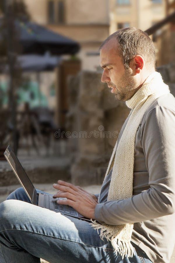 Portrait d'un jeune homme d'affaires barbu travaillant avec l'outd d'ordinateur portable photo stock
