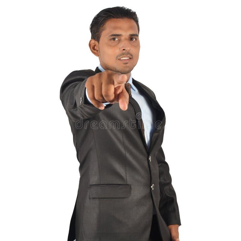Portrait d'un jeune homme d'affaires de sourire dans le costume noir dirigeant W photos stock