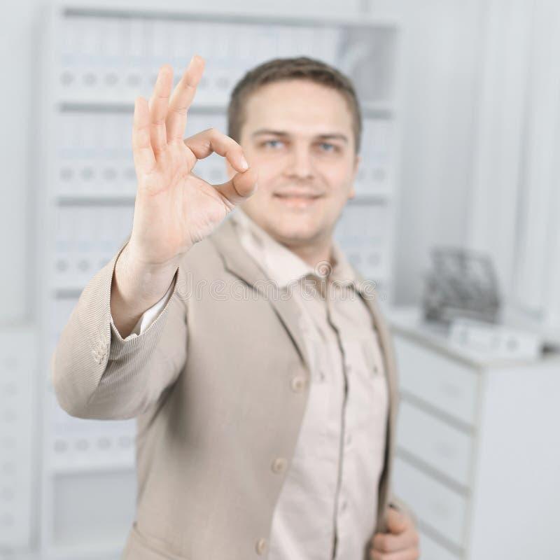 Portrait d'un jeune homme d'affaires montrant le signe CORRECT photos libres de droits