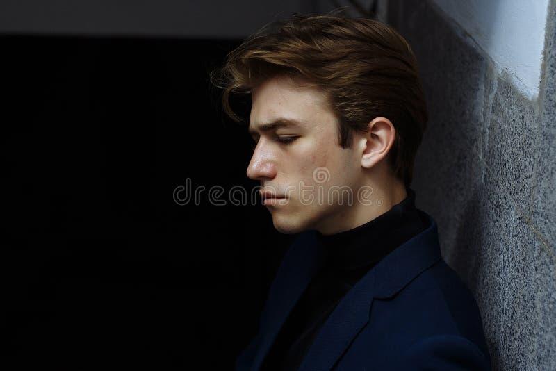 Portrait d'un jeune homme attirant dans un costume bleu dans la ville images libres de droits