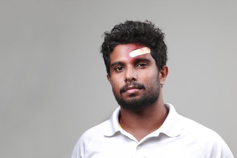 Portrait d'un jeune homme avec un front meurtri photos libres de droits