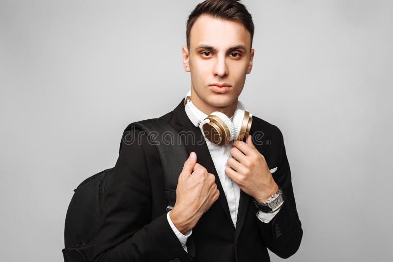 Portrait d'un jeune homme beau d'affaires, mâle, dans un bl classique photographie stock libre de droits