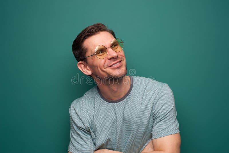 Portrait d'un jeune homme beau avec une chemise bleue images libres de droits