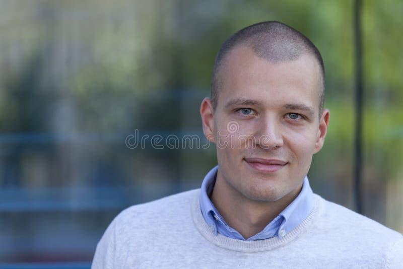 Portrait d'un jeune homme beau dehors photos stock