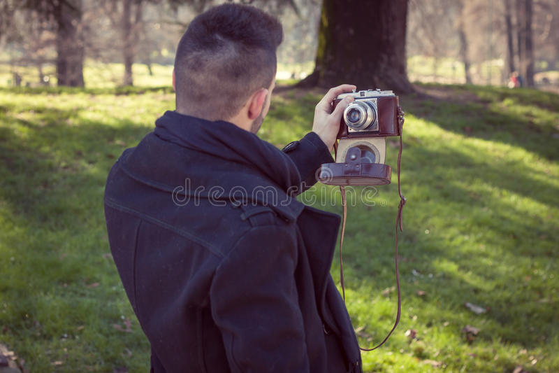 Portrait d'un jeune homme beau prenant un selfie photos stock