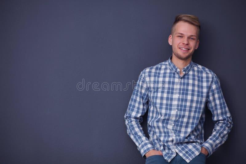 Portrait d'un jeune homme beau sur le noir image libre de droits