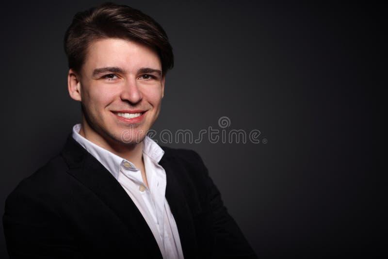 Portrait d'un jeune homme beau sur le noir photos libres de droits