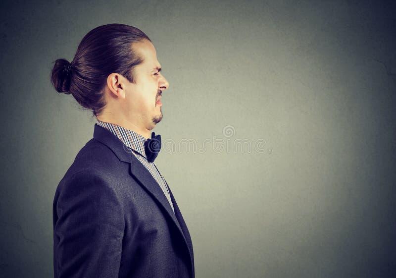 Portrait d'un jeune homme dégoûté photo libre de droits