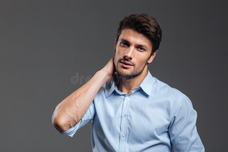 Portrait d'un jeune homme d'affaires fatigué ayant la douleur cervicale photo stock