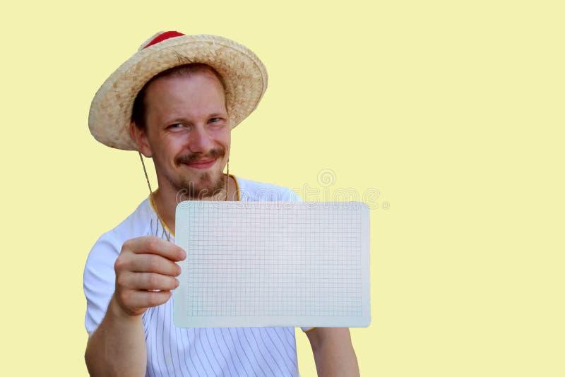 Portrait d'un jeune homme dans un chapeau de paille photos libres de droits