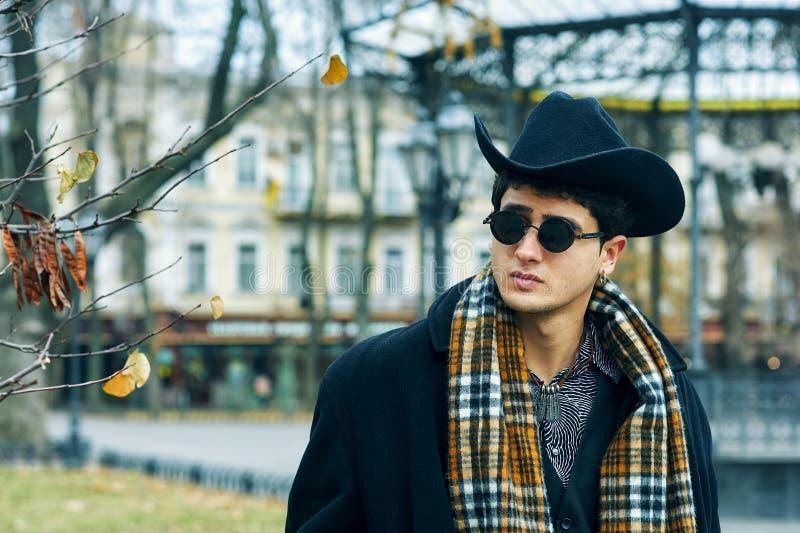 Portrait d'un jeune homme dans la ville photographie stock