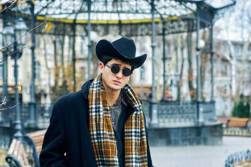Portrait d'un jeune homme dans la ville photo stock