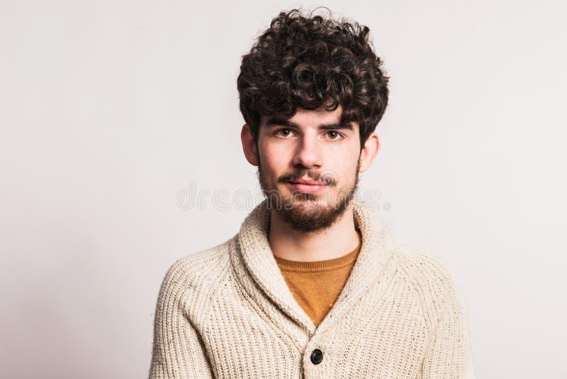 Portrait d'un jeune homme dans le cardigan de laine dans un studio Copiez l'espace photos stock