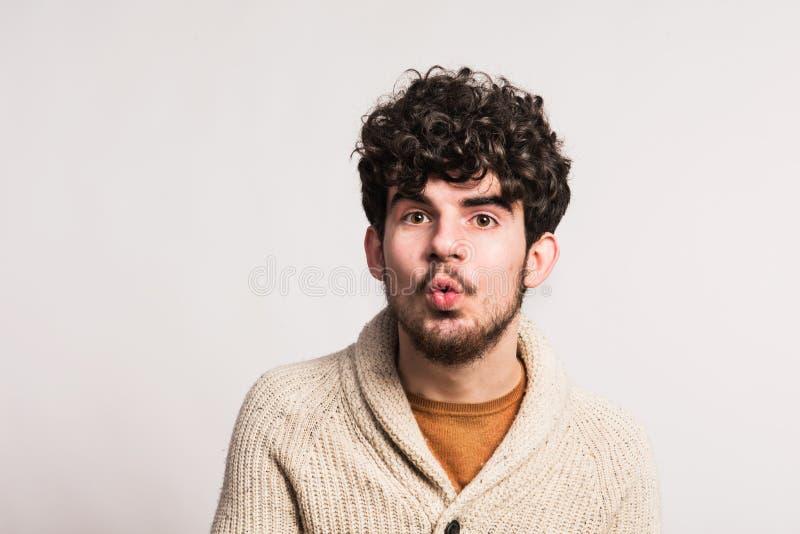 Portrait d'un jeune homme dans le cardigan de laine dans un studio Copiez l'espace photo libre de droits