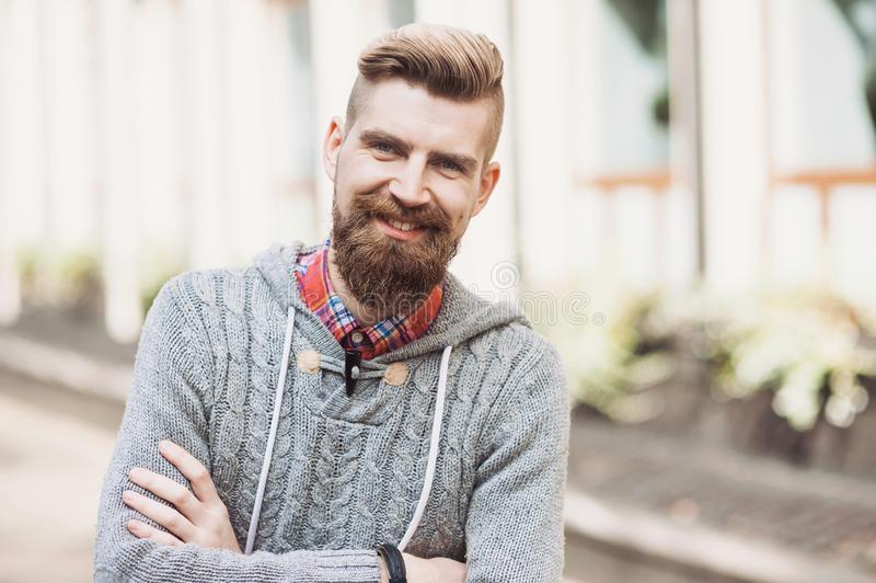 Portrait d'un jeune homme de sourire gai sur une rue de ville image stock