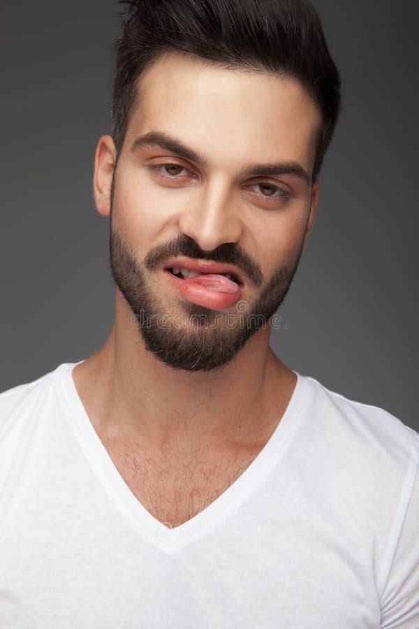 Portrait d'un jeune homme ennuyé ou dégoûté photo stock