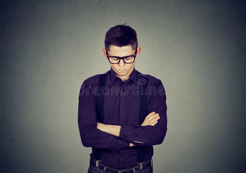 Portrait d'un jeune homme grincheux fâché images stock