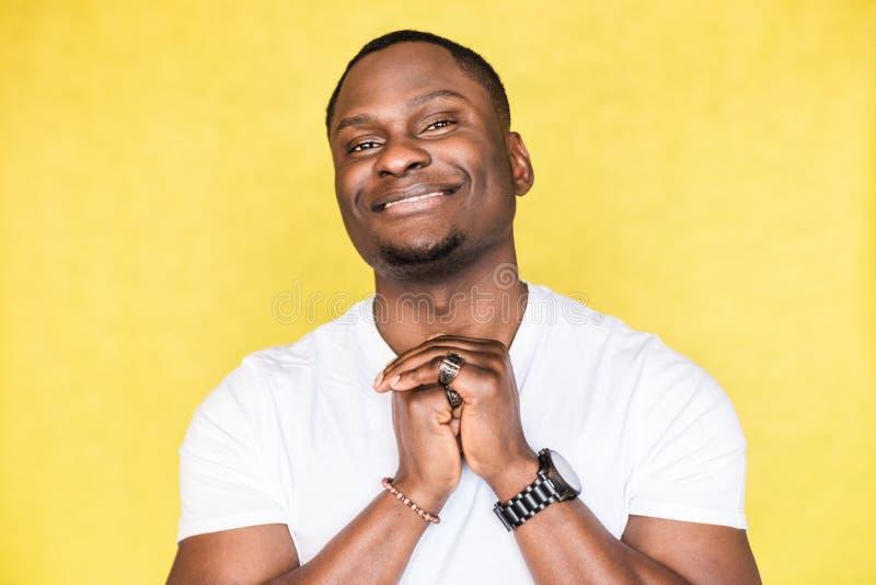 Portrait d'un jeune homme heureux d'Afro-am?ricain images libres de droits