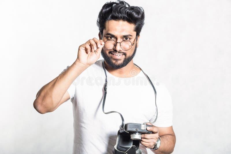 Portrait d'un jeune homme ?l?gant beau avec la barbe prenant la photo sur une cam?ra de cru images stock