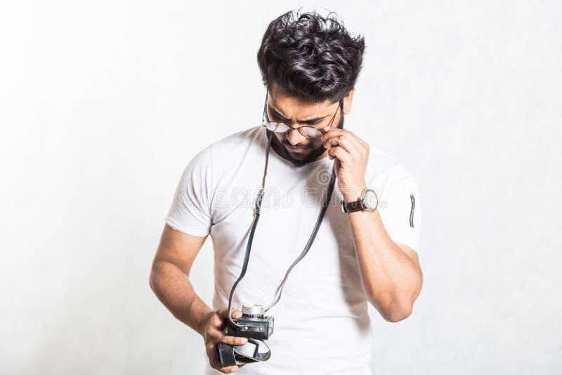 Portrait d'un jeune homme ?l?gant beau avec la barbe prenant la photo sur une cam?ra de cru photo libre de droits