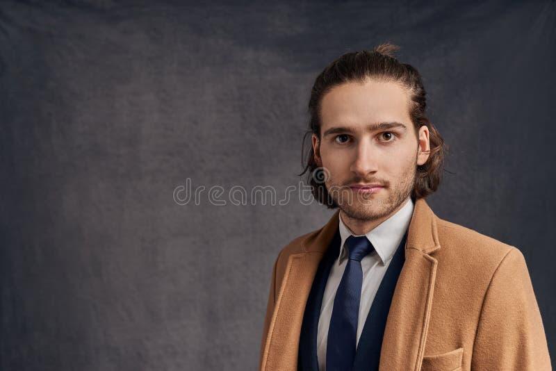 Portrait d'un jeune homme non rasé aux cheveux longs bel élégant photos libres de droits