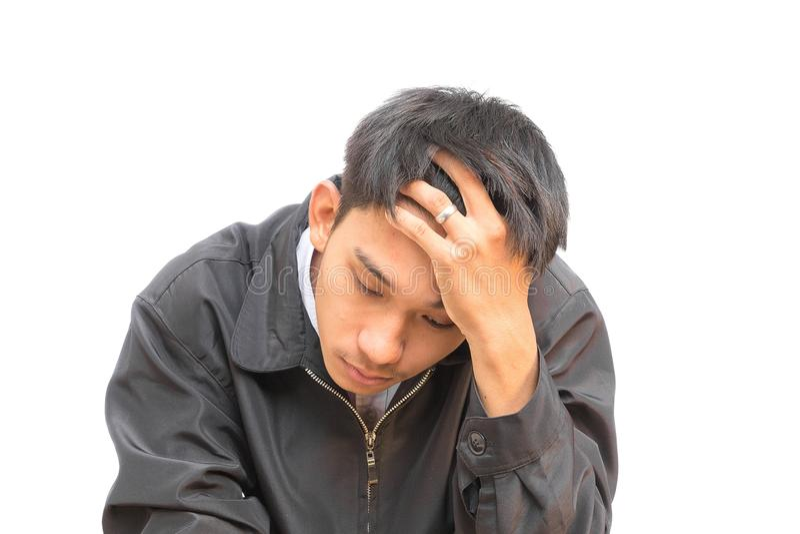 Portrait d'un jeune homme AM pensant dans les affaires sur le fond blanc photographie stock