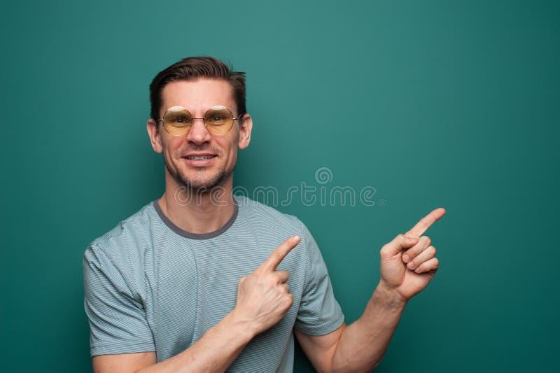 Portrait d'un jeune homme positif en verres images stock