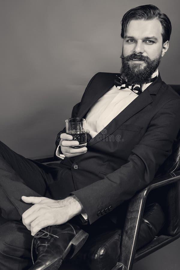 Portrait d'un jeune homme réussi de mode avec le rétro sitti de regard photos libres de droits