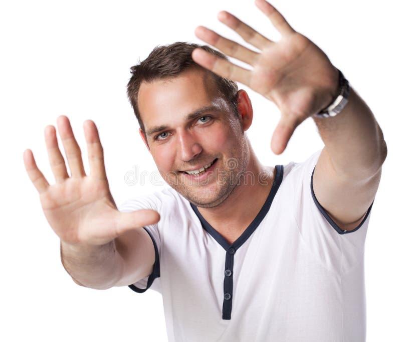 Portrait d'un jeune homme se tenant sur le fond blanc image stock