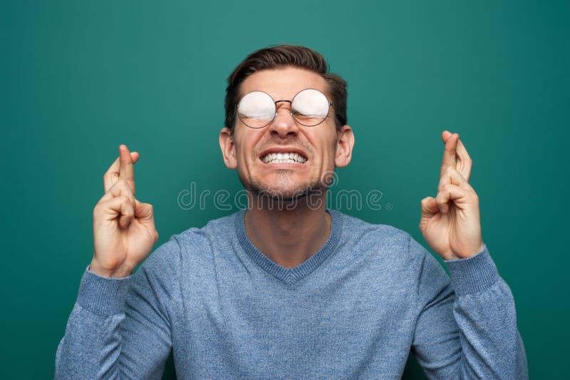 Portrait d'un jeune homme tendu avec des verres image libre de droits