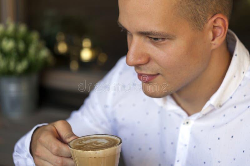 Portrait d'un jeune homme tout en buvant du café photos libres de droits
