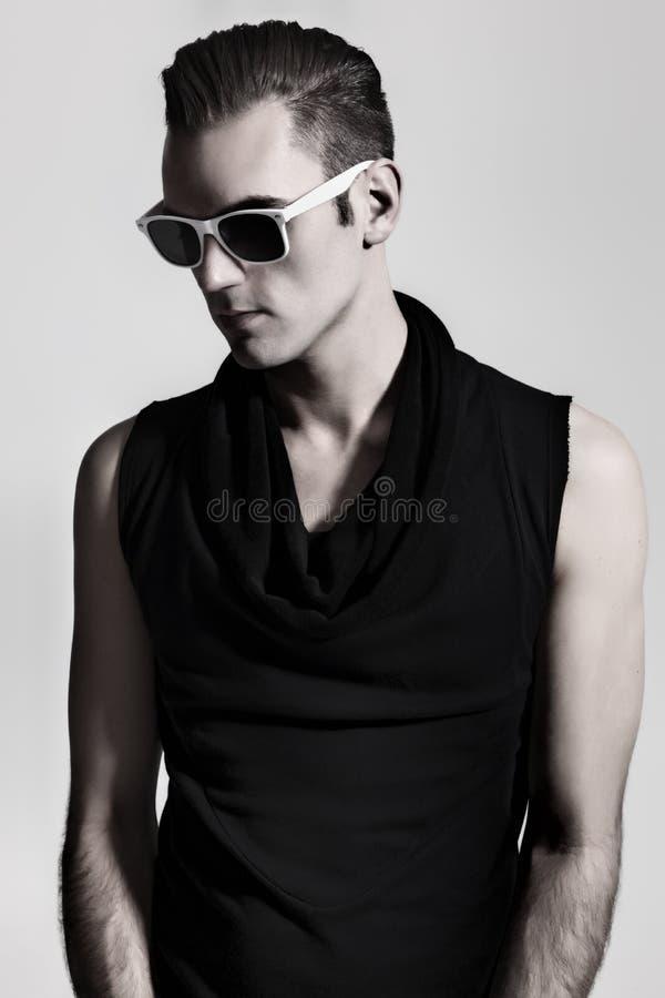 Portrait d'un jeune homme utilisant les lunettes de soleil teintées image libre de droits