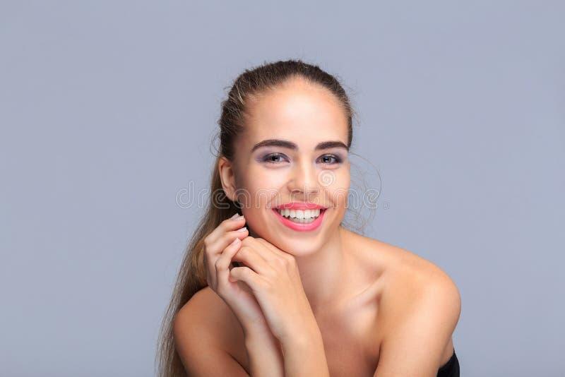 Portrait d'un jeune modèle avec des mains, concept de beauté, cosmétiques images libres de droits