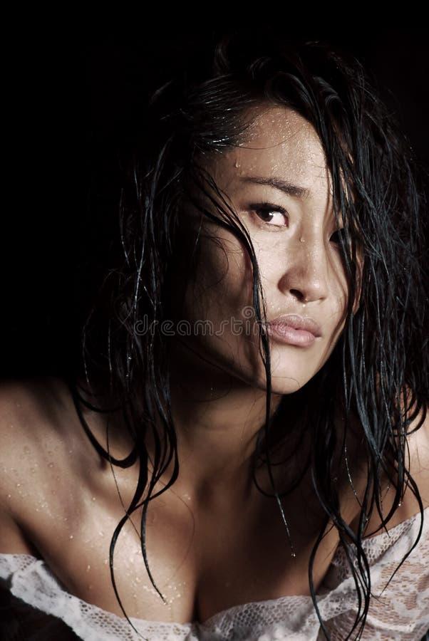 Portrait d'un jeune modèle avec les cheveux et les gouttes de pluie humides sur sa peau photo stock