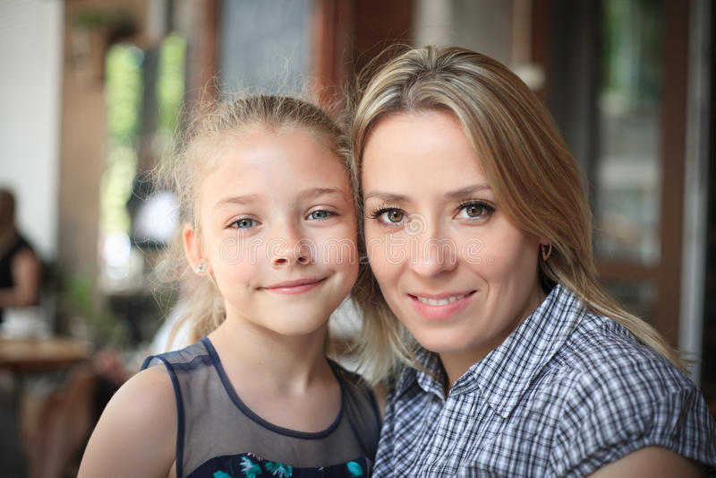 Portrait d'un jeune plan rapproché de sourire de mère et de fille dehors photographie stock libre de droits