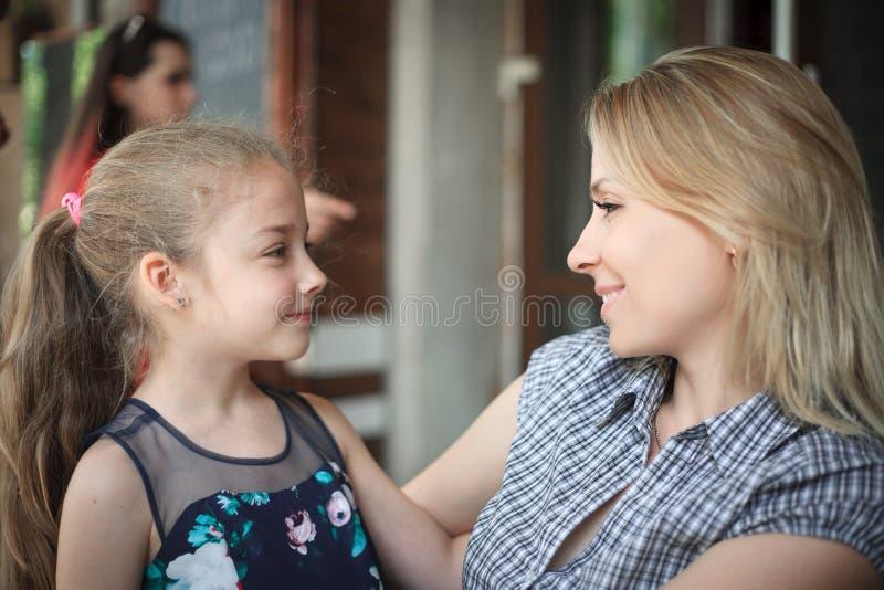Portrait d'un jeune plan rapproché de sourire de mère et de fille dehors image libre de droits