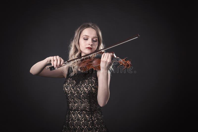 Portrait d'un jeune violoniste images libres de droits