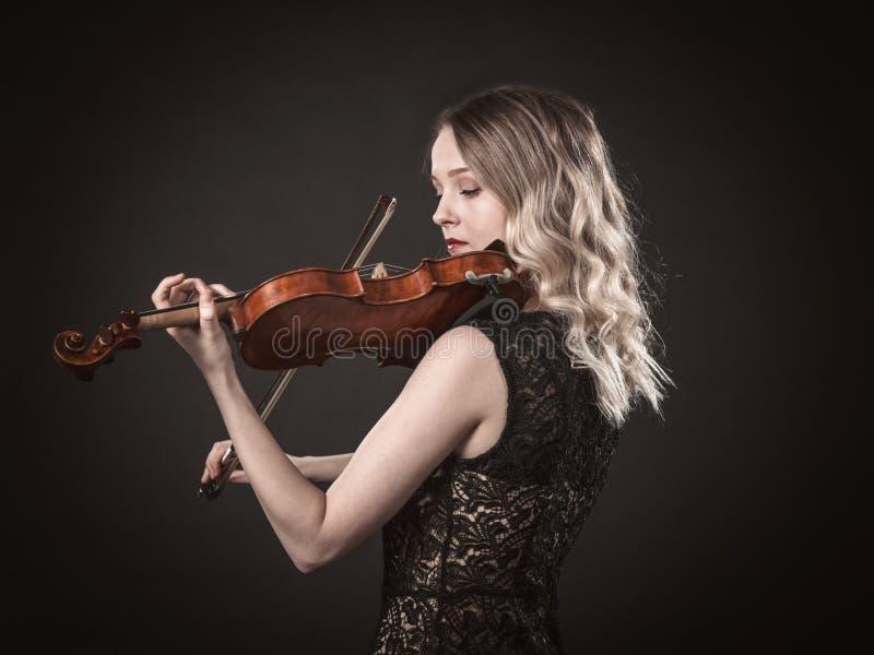 Portrait d'un jeune violoniste photographie stock libre de droits