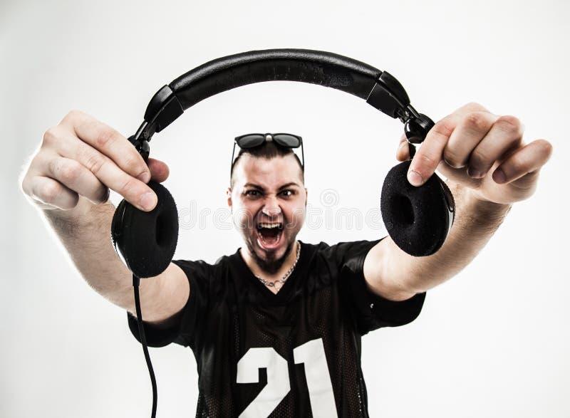 Portrait d'un jockey de disque charismatique avec des écouteurs dans pour photographie stock libre de droits