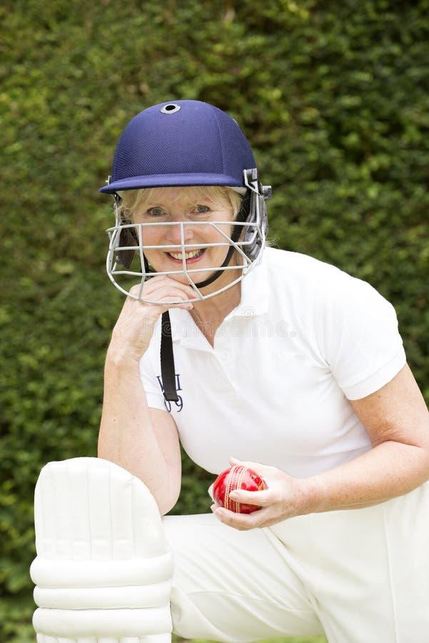 Portrait d'un joueur de cricket féminin plus âgé images stock